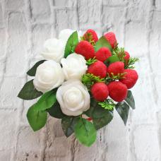 """Букет из мыла """"Белые розы с клубникой"""" Мыло ручной работы в Тюмени – купить или заказать на MixSoap.ru Универсальный букет подойдет на день рождения, юбилей или любую памятную дату.   Цена 750 ₽"""